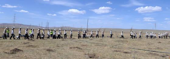 대한항공 직원들이 사막화가 가속화되고 있는 몽골 울란바토르 바가누르구 지역에서 나무를 심기 위해 이동하고 있다. 김상선 기자