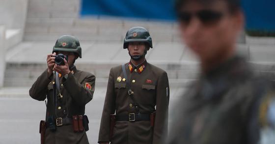 경기도 파주시 판문점의 북한군 경비병. 사진공동취재단