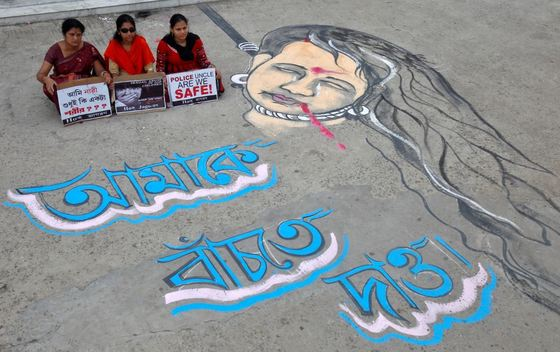 지난달 인도 아가르탈라에서 열린 성범죄 강력 대응 촉구 시위에 참석한 여성들. 바닥에 그려진 그림 옆엔 '살고 싶다'고 쓰여있다. [로이터=뉴스1]