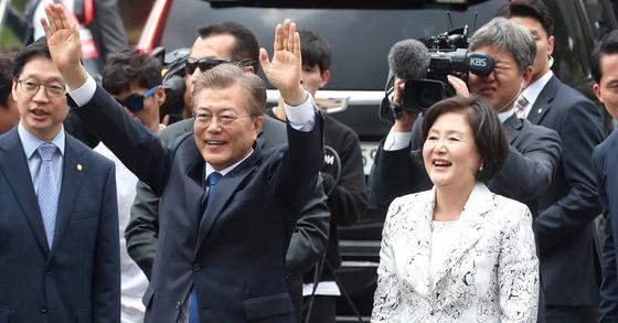 문재인 대통령과 부인 김정숙 여사가 지난 10일 오후 시민들의 환영을 받으며 청와대로 들어서고 있다. 사진 장진영 기자