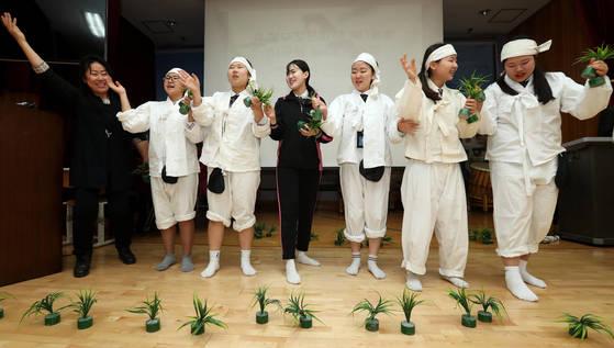 11일 인천 신현고의 음악 수업에서 학생들이 무형문화재 전수자로부터 민요를 배우고 있다.[장진영 기자]