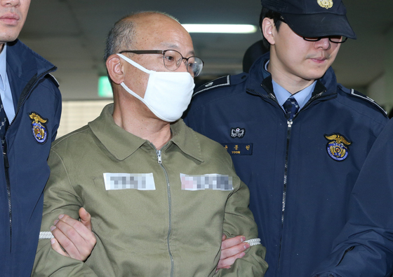 문형표 국민연금공단 이사장(전 보건복지부 장관)이 특검 조사를 받기 위해 11일 오후 서울 대치동 특별검사 사무실에 소환되고 있다.