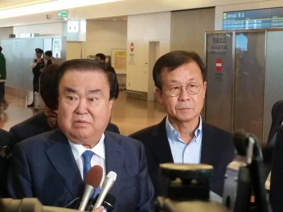 도쿄 하네다 공항에 도착한 문희상 일본 특사(왼쪽)와 원혜영 더불어민주당 의원