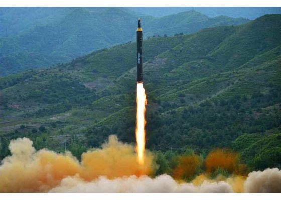 북한은 14일 신형 중장거리 전략탄도미사일(IRBM) '화성-12형'을 시험발사했다. [조선중앙통신=연합뉴스]
