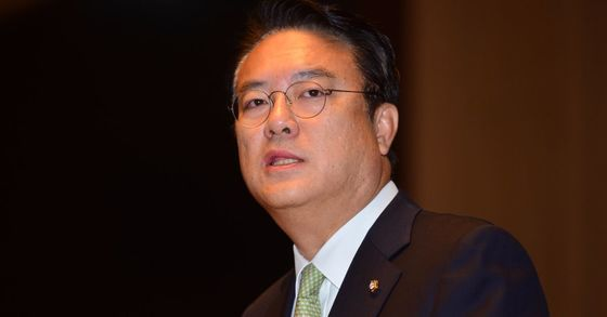 """정진석 자유한국당 의원이 17일 중진의원 간담회에서 """"보수 존립에 근본적으로 도움이 안되는 사라들은 육모방망이를 들고 뒤통수를 뽀개버려야 한다""""고 발언했다. [중앙포토]"""