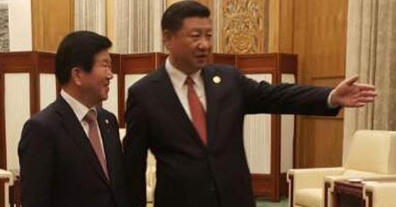 지난 14일(현지시간) 중국의 일대일로 국제협력 포럼에 파견된 박병석(왼쪽) 더불어민주당 의원이 시진핑 국가주석과 면담을 하고 있다. [사진 박병석 의원실]
