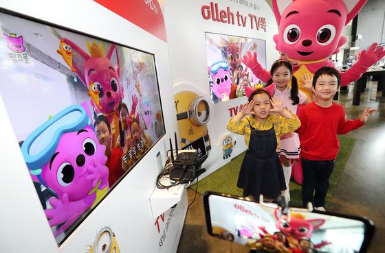 스마트폰으로 아이를 찍으면 해당 영상이 하이퍼 VR 기술을 통해 VOD와 합성된 후 TV로 보여진다. [사진 KT]
