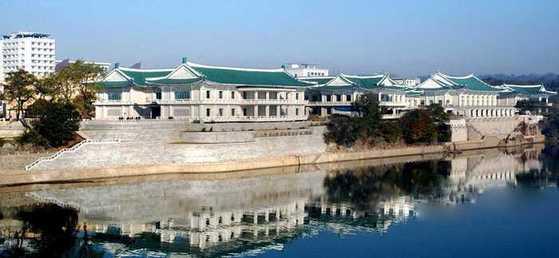 평양 중구역 대동강변에 위치한 북한 최대의 냉면 전문식당 옥류관의 모습. [사진=조선의 오늘]