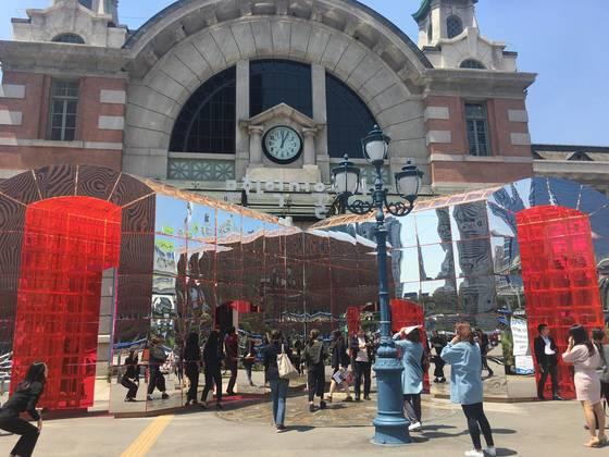 현재 '문화역서울 284'로 불리는 옛 서울역 출입문 앞에 2인조 작가 다이아거날 써츠의 작품이 설치돼 있다. 사진=이후남 기자