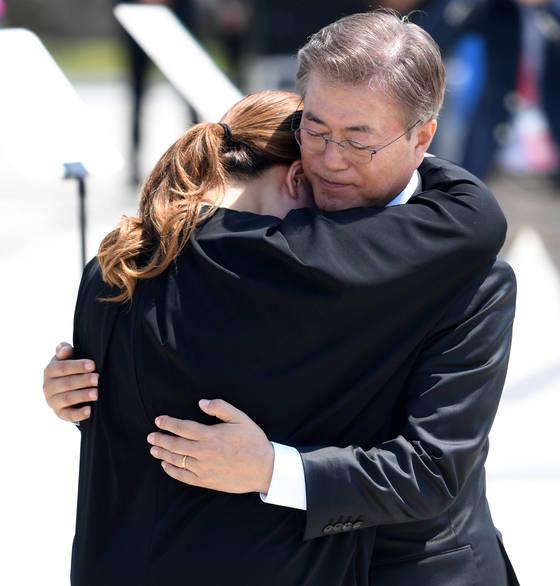 문재인 대통령이 18일 오전 열린 제37주년 5.18 민주화운동 기념식에서 추모사를 낭독한 뒤 눈물을 흘리는 유가족 김소형씨를 위로하며 안아주고 있다. 광주=프리랜서 장정필
