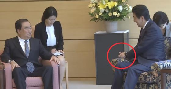 문희상 일본 특사가 18일 아베 신조 총리를 만나 문재인 대통령의 친서를 전달했다.