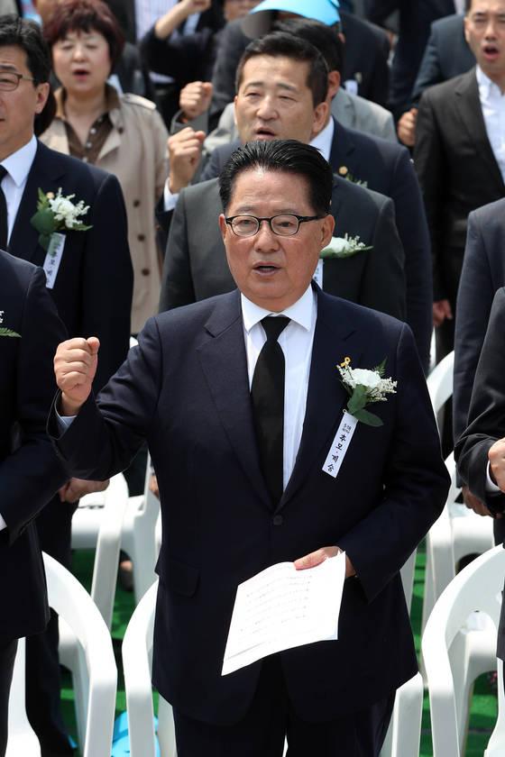박지원 전 국민의당 대표가 광주에서 열린 제37주년 5.18 민주화운동 기념식에 참석하지 못하는 대신 18일 오전 서울 광화문에서 열린 서울기념식에 참석했다. 이날 행사에서 박지원 전 국민의당 대표가 임을 위한 행진곡을 제창하고 있다. 김경록 기자 / 20170518