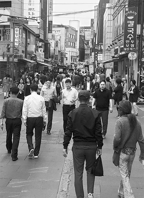 지난 16일 서울시의 첫번째 보행전용거리인 종로구 인사동길을 시민들이 걷고 있다. [조한대 기자]