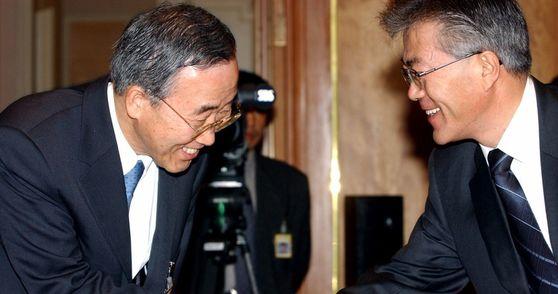 참여정부 시절 문재인 당시 청와대 민정수석(오른쪽)과 반기문 당시 청와대 외교보좌관이 악수하고 있다.[청와대사진기자단]