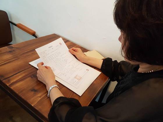 낭떠러지 비상구때문에 남편을 잃은 이씨가 남편의 사망진단서를 보고 있다. 박진호 기자
