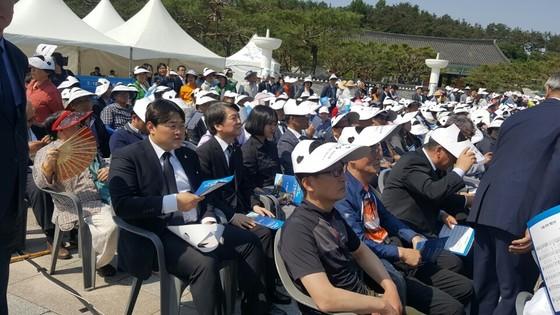 5ㆍ18 기념식 행사장에서 내빈석 대신 시민들과 함께 자리한 안철수 국민의당 대선 후보. 박유미 기자