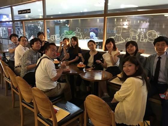 올초 일본 여행사 관계자를 대상으로 실시된 부산 팸투어에서 여행사관계자들이 휴식을 취하고 있다.[사진 부산시]