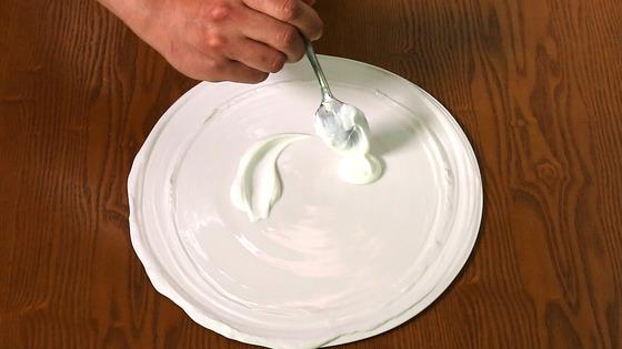사워크림으로 접시 위에 언덕 모양을 만든다.