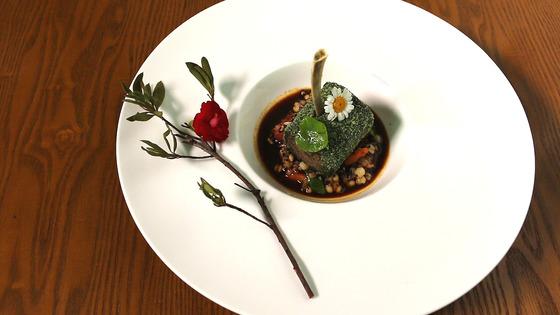 이끼 낀 통나무나 미니 녹차 롤케이크 같은 비주얼의 이 요리. 진짜 정체는 '스테이크', 그것도 양갈비로 만든 요리다.