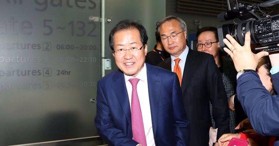 자유한국당 홍준표 전 대선후보가 12일 오후 인천공항에서 미국으로 출국하고 있다. 장진영 기자