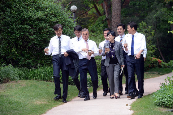 문재인 대통령이 11일 오후 청와대 경내를 거닐며 참모진과 대화하고 있다. [청와대사진기자단]