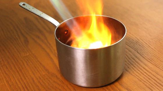 작은 냄비에 사과나무 조각을 넣고 토치로 태운다. 곧바로 와인 잔으로 입구를 막아 나무에서 나오는 연기를 가둔다.