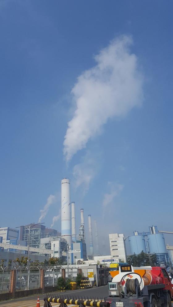 지난 17일 오전 충남 보령시 주교면 보령화력발전소 굴뚝에서 뿌연 연기가 뿜어져 나오고 있다. 보령=신진호 기자