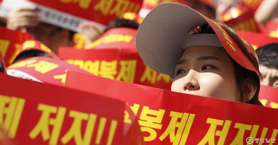 전국금융산업노동조합(금융노조)이 지난해 9월 23일 오전 서울 상암동 월드컵경기장에서 성과연봉제 저지 위한 총파업 대회를 열고 있다. 파업에는 신한·우리·SC제일·KEB하나·KB국민·한국씨티·NH농협은행 등 주요은행들이 참여했다. 신인섭 기자