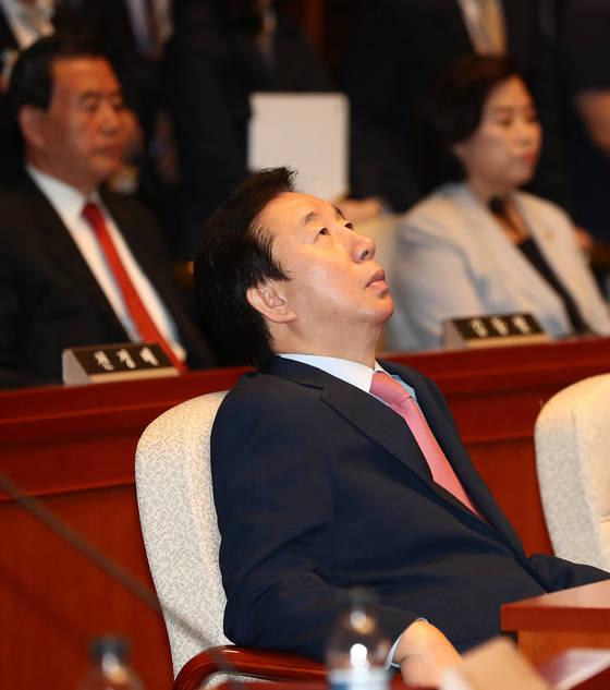 자유한국당으로 복당한 김성태 의원이 16일 서울 여의도 국회에서 열린 의원총회에 참석해 허공을 쳐다보고 있다. 김현동 기자