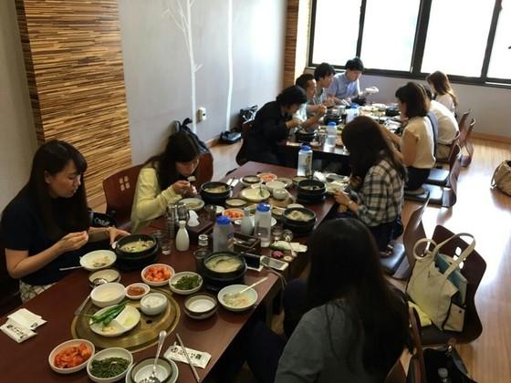 올초 일본여행사 관계자를 대상으로 실시된 부산 팸투어에서 여행사 관계자들이 부산 음식을 맛보고 있다.[사진 부산시]
