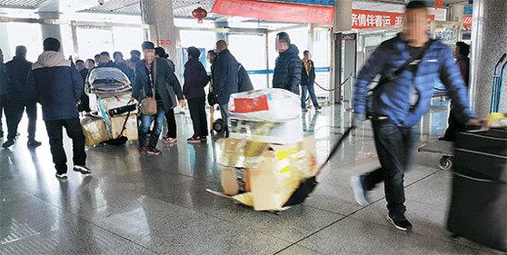 올 초 중국 산둥성 웨이하이 국제여객터미널에서 중국인 보따리상들이 짐을 끌고 나오고 있는 모습. 사진은 기사와 관계 없습니다. [중앙 포토]