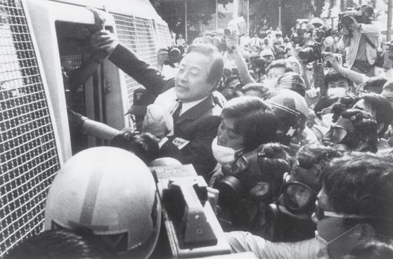 직선제 개헌 투쟁이 한창이던 87년 6월, 김영삼 통일민주당 총재가 속칭'닭장차'에 끌려들어가지 않기 위해 안간힘을 쓰고 있다.사진·중앙포토