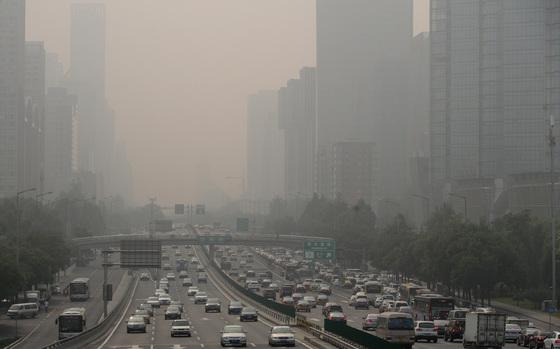 스모그로 뒤덮인 중국 베이징. 중국 베이징 장안가 인근 도로에 차들이 줄지어 달리고 있다. [중앙포토]