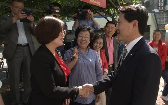 법정으로 들어가기 직전 지지자들과 만난 김진태 의원. 박진호 기자