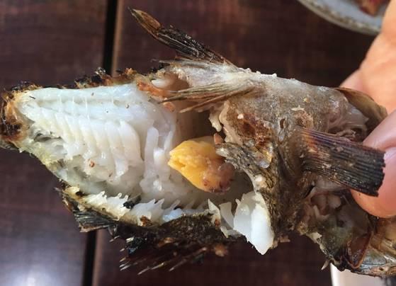 통영 사람들이 유난히 좋아하는 생선 볼락 구이. 노란 알이 먹음직스럽다. 2015년 12월 13일 아침 동호항 근처 '한산섬식당'에서 먹었다. 값도 꽤 비싸 한 마리에 4000~5000원은 한 것으로 기억한다.
