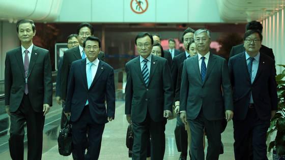 18일 오전 중국 베이징 서우두 국제공항에 이해찬 중국 특사와 특사단이 도착해 추궈홍(邱國洪) 주한 중국대사(오른쪽 두번째)의 영접을 받으며 귀빈실로 향하고 있다. 왼쪽부터 김장수 주중대사, 더불어민주당 심재권 의원, 이 특사, 추 주한 중국대사, 더불어민주당 김태년 의원.[베이징 공동취재단]