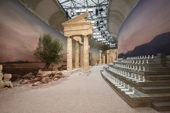 샤넬 2018 크루즈 컬렉션은 고대 그리스 신전을 지연한 파리 그랑팔레에서 열렸다.