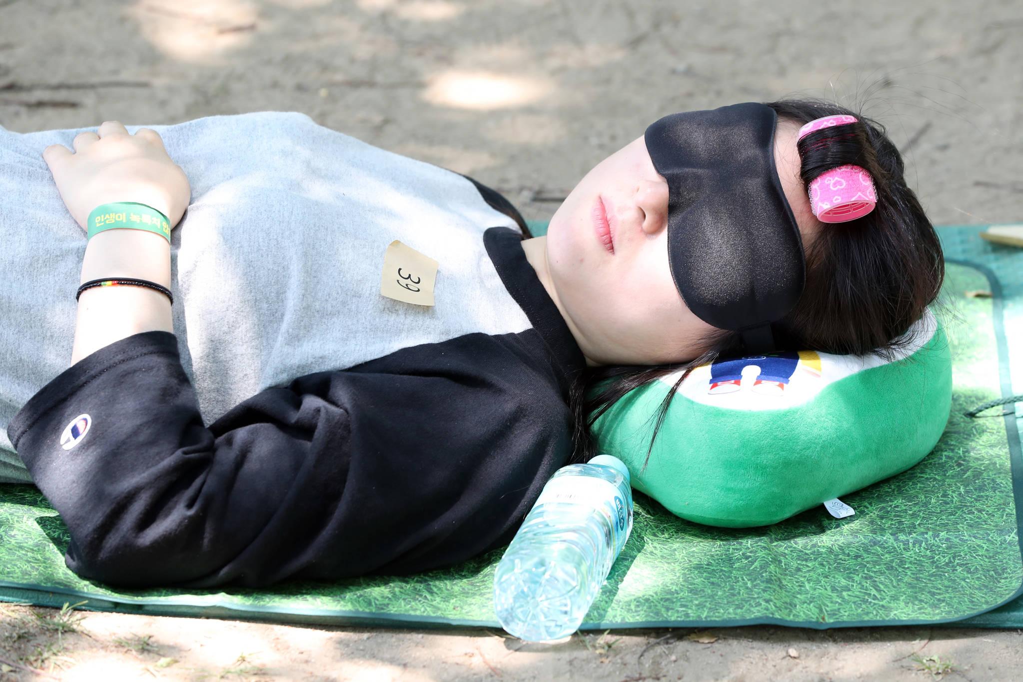 헤어롤을 하고 잠든 참가자.