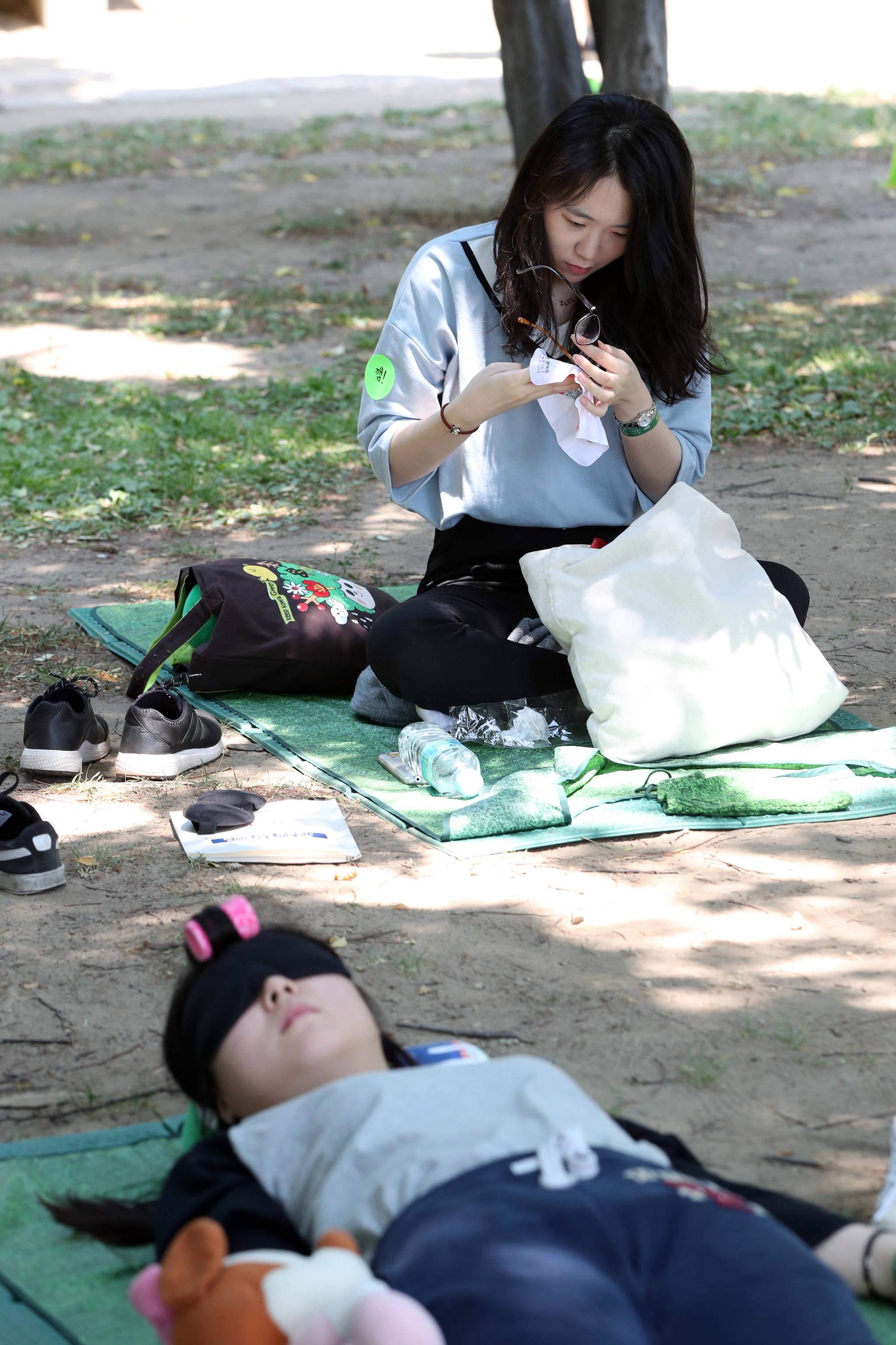 한 참가자가 도중에 잠이 꺴다. 대회 첫번째 탈락자다.