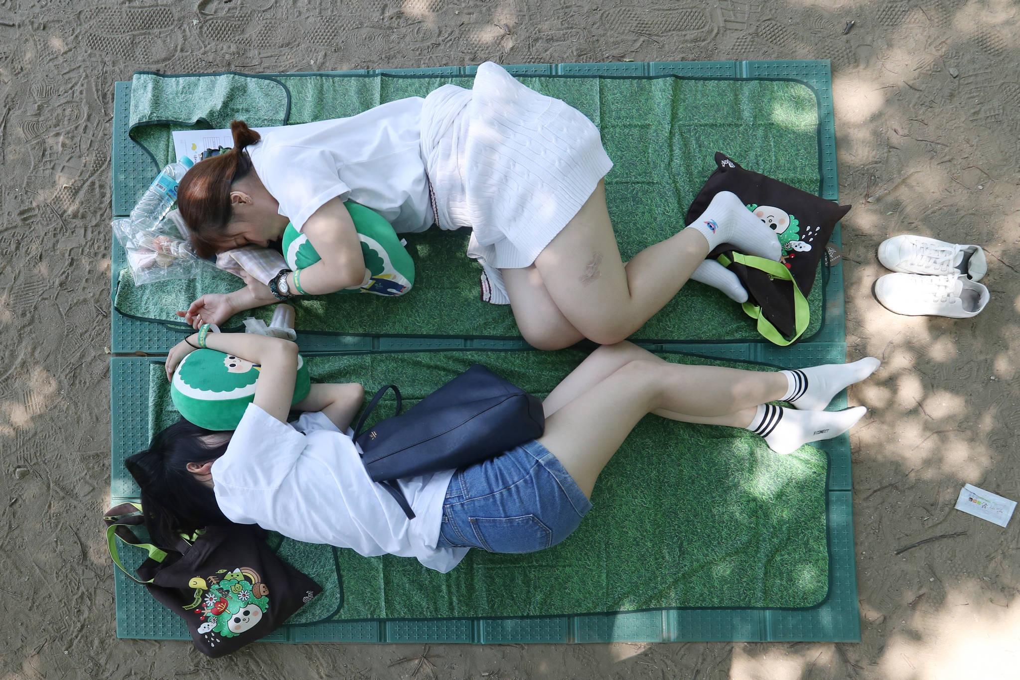 나란히 마주보고 잠든 참가자들.