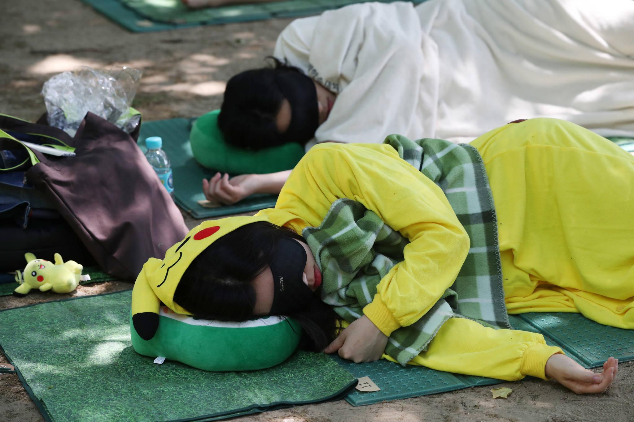 피카츄 잠옷을 입고 잠든 참가자.