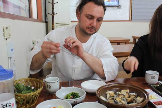 제주도 용담골에서 전복삼합을 먹고 있는알렉산더 바론 셰프. 송정 기자