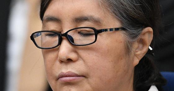 최순실씨가 23일 서울중앙지법 417호 대법정에서 재판 시작을 기다리고 있다. [사진공동취재단]