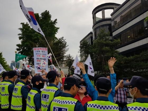 박근혜 전 대통령의 첫 재판이 열리는 서울중앙지법 앞에 모인 박 전 대통령 지지자들. 김민관 기자