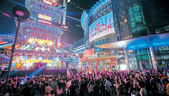 3일 코엑스 동측 광장에 별도 설치한 C-페스티벌 메인 무대 'C-타워' 앞에서 시민 200여 명이 클럽 공연인 '라운지 DJ 파티'를 즐기고 있다. [사진 코엑스]