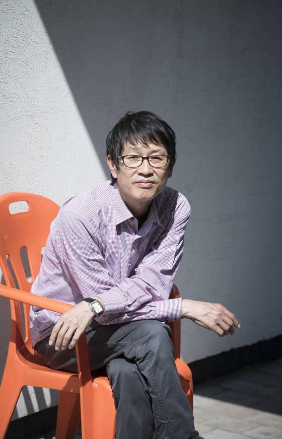 """박정희·박근혜 전 대통령 부녀를 조롱한 작품 '개구리'(2013년)로 정부 눈밖에 났던 연출가 박근형 한예종 교수.뜻밖에도 자신을 """"대중적인 연출가""""라고 소개했다. [권혁재 사진전문기자]"""