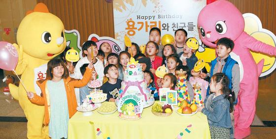 경기도 성남시 판교동 NS홈쇼핑 사옥에서 열린 '하림 용가리 출시 18주년' 행사에서 용가리 팬클럽 회원들이 캐릭터 인형과 파티를 하고 있다. [사진 하림]