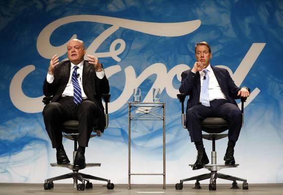 짐 해켓 신임 포드자동차 최고경영자(CEO, 왼쪽)와 빌 포드 포드자동차 이사회 의장. [디어본 AP=뉴시스]