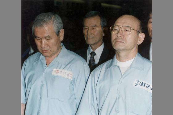 12.12 및 5.18사건 1심 선고공판이 열린 서울지법 대법정에 선 전두환,노태우 전직대통령