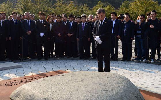 문재인 대통령이 지난달 4일노무현 전 대통령 묘역을 찾아 참배했다. 오종택 기자